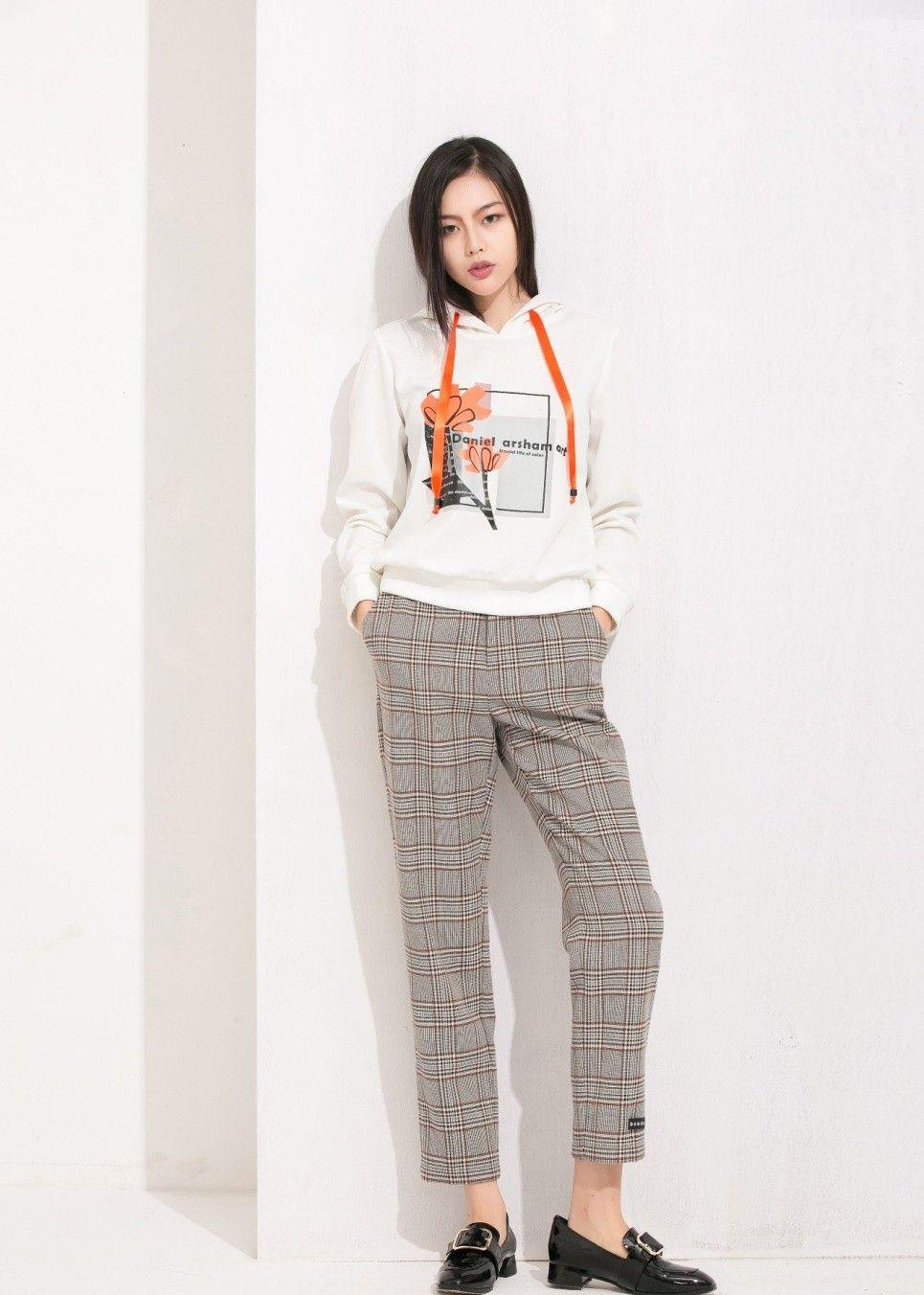 街拍:图4牛仔短裤搭配个性的上衣,看起来也更有日韩潮流风格了
