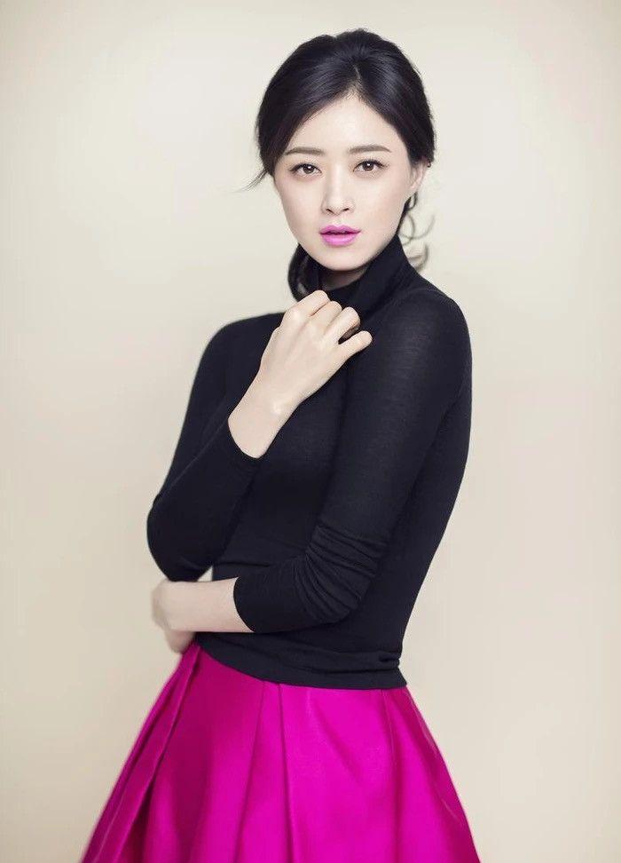 蒋欣真会穿,一件紧身黑色小衫穿出了一种成熟女性魅力
