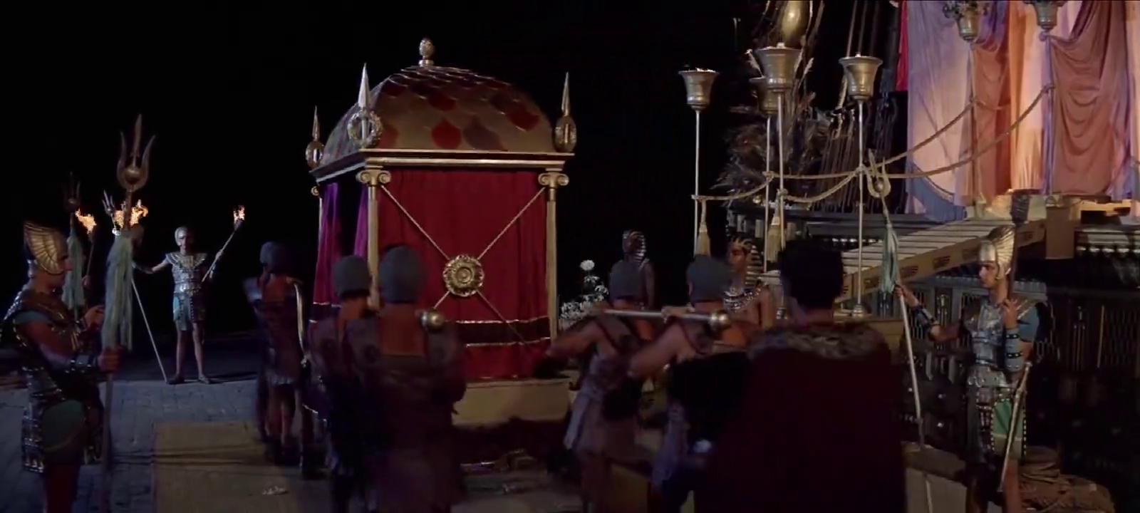 安东尼约见埃及艳后,安东尼看了无动于衷,却被身上的项链吸引