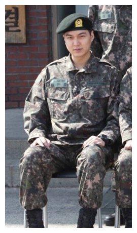 李敏镐军装照自带气场,盘点韩国男明星的军装照