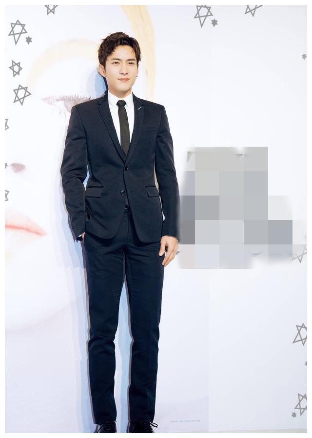 韩东君身穿西装丰神俊朗,网友:这是我男朋友