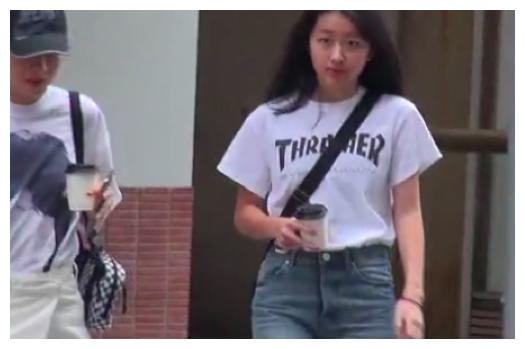 陈奕迅14女儿现身香港街头,陈康堤身高已经直逼妈妈