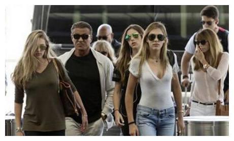 史泰龙带三千金现身机场,网友纷纷表示:穿牛仔裤的最有气质