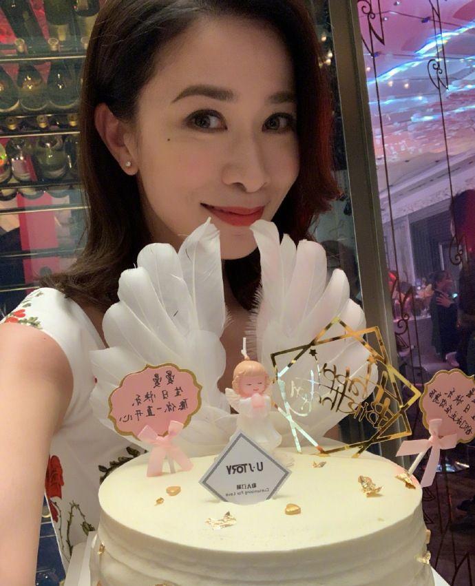 佘诗曼和粉丝一起庆生 捧着鲜花蛋糕合影甜美动人