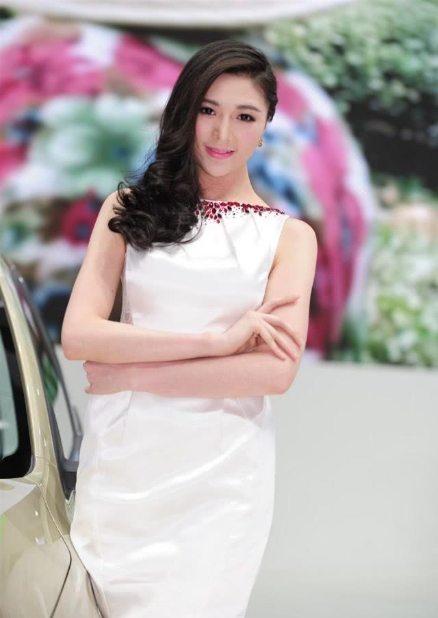 欧胜车模穿白裙,高雅优雅,笑起来甜美迷人