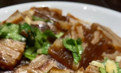 岳云鹏晒新照:二月二晚餐很丰盛,2个凉菜和一盘水饺就算过节