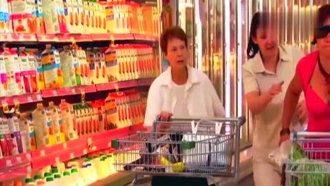 国外整人恶作剧:超市里的盲人