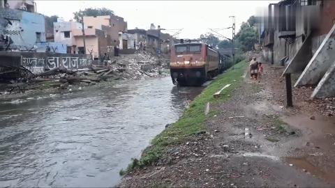 活久见!印度驶进站台的平民火车,也被称为水上运行的列车