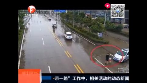危险!五岁女童独自行走快车道 交警一路护送