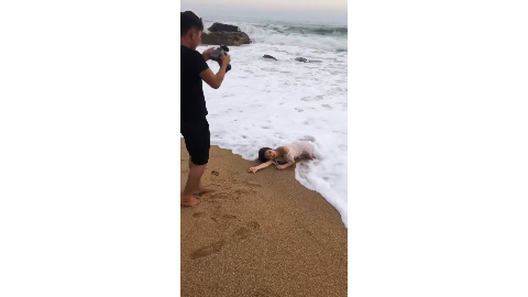 摄影师肯定是大神级别的这么烂的海滩竟拍出这么美一张照片