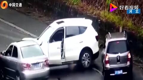 高速上发生连环相撞男子还在打电话可怕的事发生了