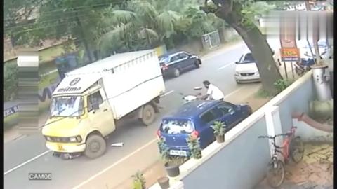 摩托车男子突然一个趔趄,下一秒直接死神会面,人命真是天注定!