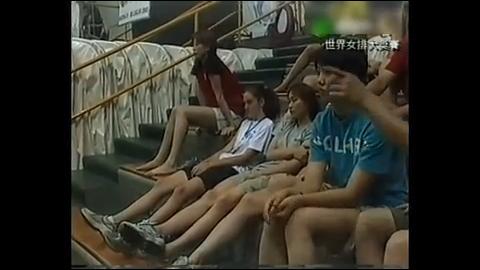 刘亚男在局末时刻利用擅长的背飞球救主中国队迅速止住颓势