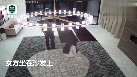 """疑似""""刘强东案""""新监控视频流出:警员离开后女方双手掩面"""