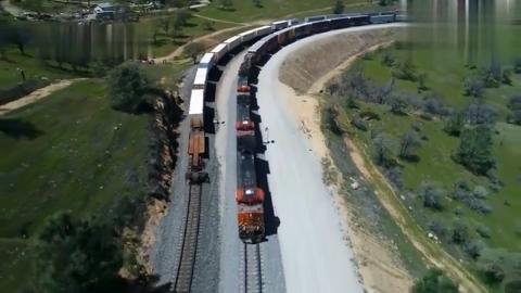 超长火车,在铁路上行驶,简直就像一条正在爬行的蛇