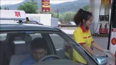 丈母娘下车去了趟厕所,小伙无意把丈母娘,扔在了加油站!