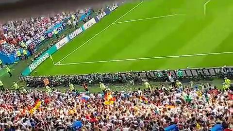比赛结束德国队落败出局,但看台上德国国旗仍然挥舞