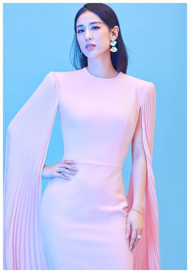 黄圣依早前美照,粉色圆领修身连衣裙,袖子设计很女王范,好瘦!