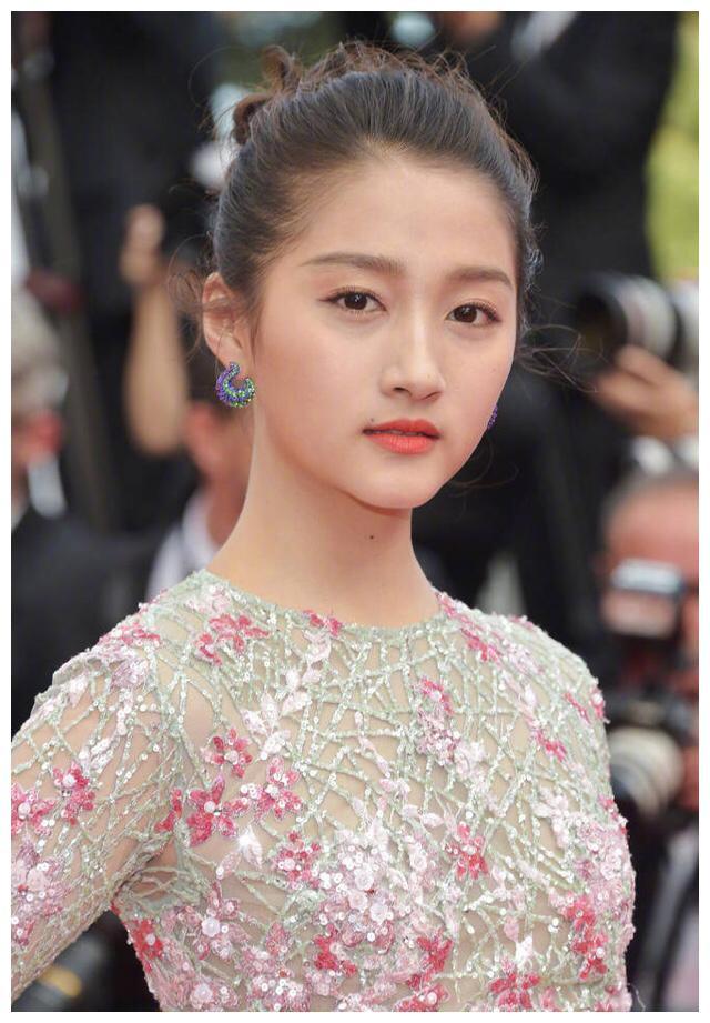 关晓彤身着华服亮相戛纳电影节红毯,昔日的小姑娘变成大美人