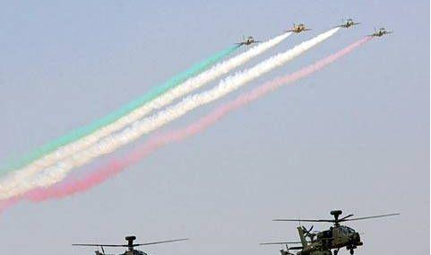 科威特阅兵仪式,女兵手势不一,坦克队列威武壮观
