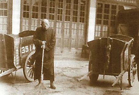 为何83岁高龄的黄金荣,沦落到在大街上扫地?