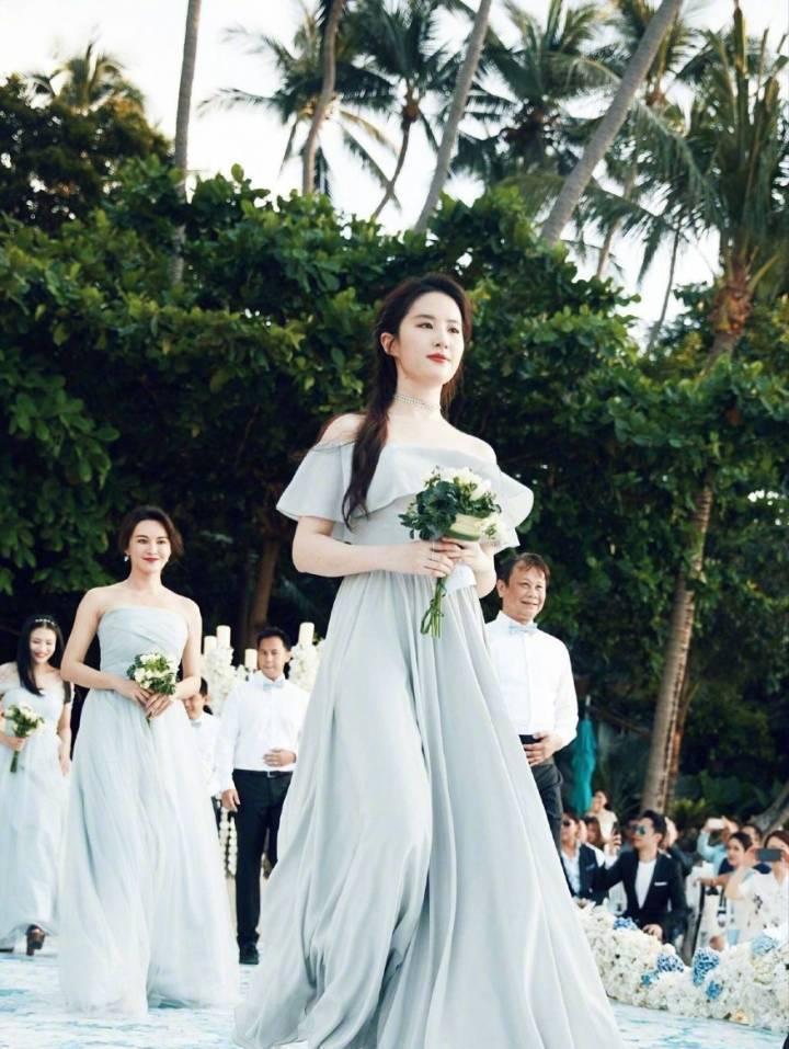 都说请刘亦菲当伴娘需要勇气, 网友, 这也是真闺蜜啊!