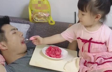 """""""超享受奶爸""""被娃伺候吃西瓜火了,娃:现在的爹真不好带!"""
