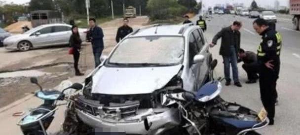 """这些车真是""""纸糊车"""",一撞就碎,车主:赶紧离开中国"""