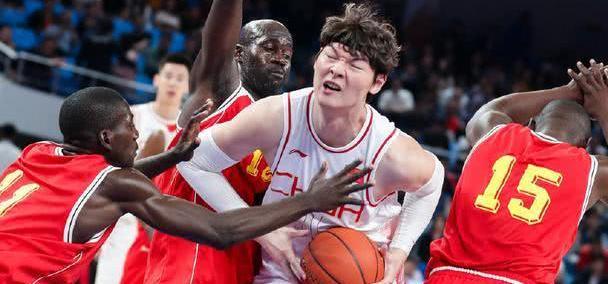 两人被罚下!中国男篮喜迎三连胜,王哲林运球大郅怒喊五声别运了