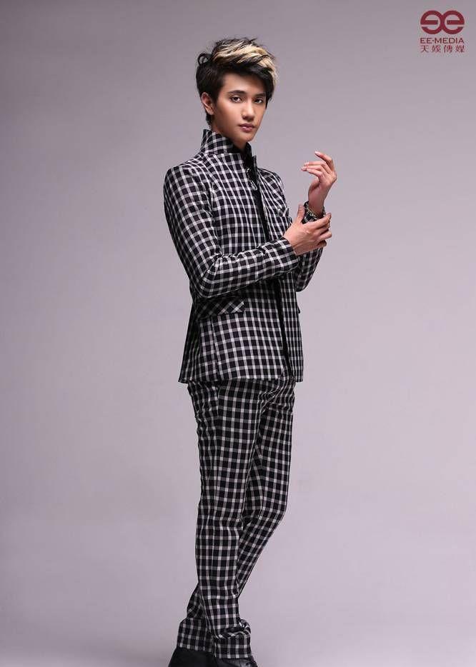 金恩圣:黑白格服装,举手投足间流露潮流范儿,瞬间变身时尚型男