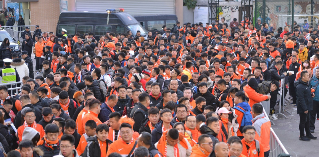 许多山东鲁能球迷抵达上海观看足协杯决赛次回合申花与鲁能比赛
