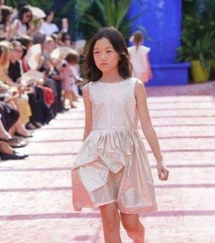 12岁黄多多启程巴黎走秀!颜值气质赶超李嫣!不愧是黄磊的女儿!