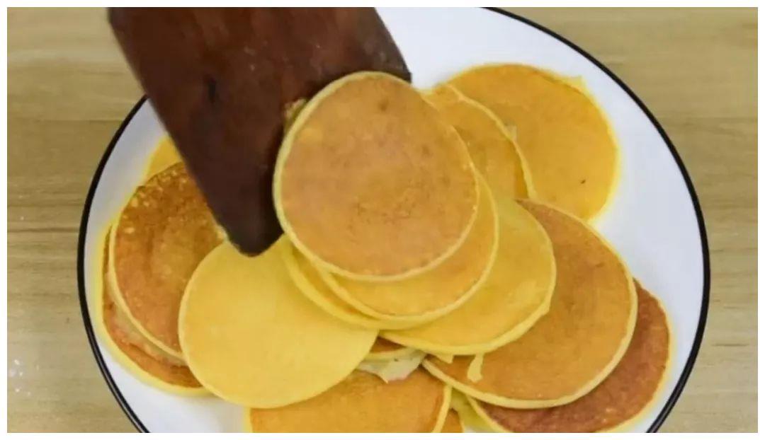 2个鸡蛋1瓶酸奶,不用一滴油,两分钟做好美味早餐饼!