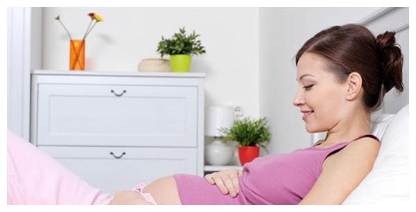 """怀孕后,各个阶段""""睡姿""""不同,孕妈要随时调整,对胎儿好"""