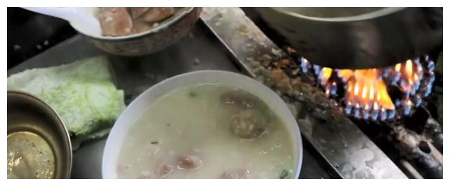 澳门早餐白粥煮肉,一碗25元!2米巷子当成门面