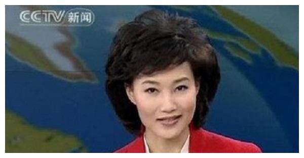 她是新闻联播的女主持,12年一直带假发主持,网友骗了我们好久