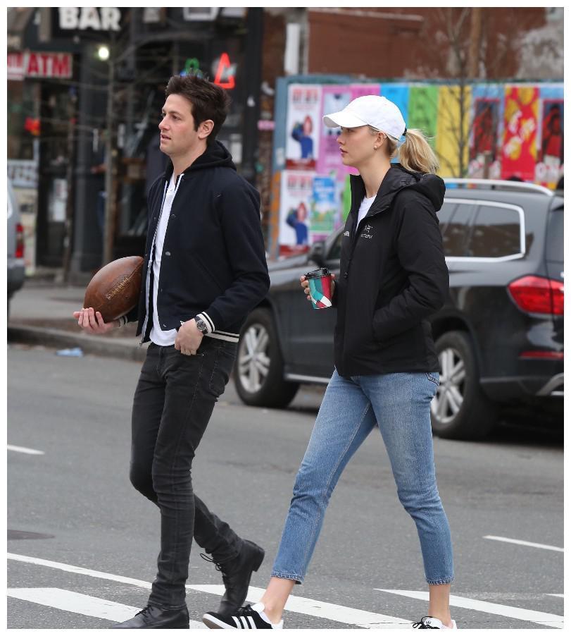 维密超模卡莉·克劳斯与男友约书亚·库什纳逛街,男才女貌超登对