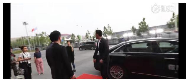 胡歌为桂纶镁开车门,绅士风度酷帅有型
