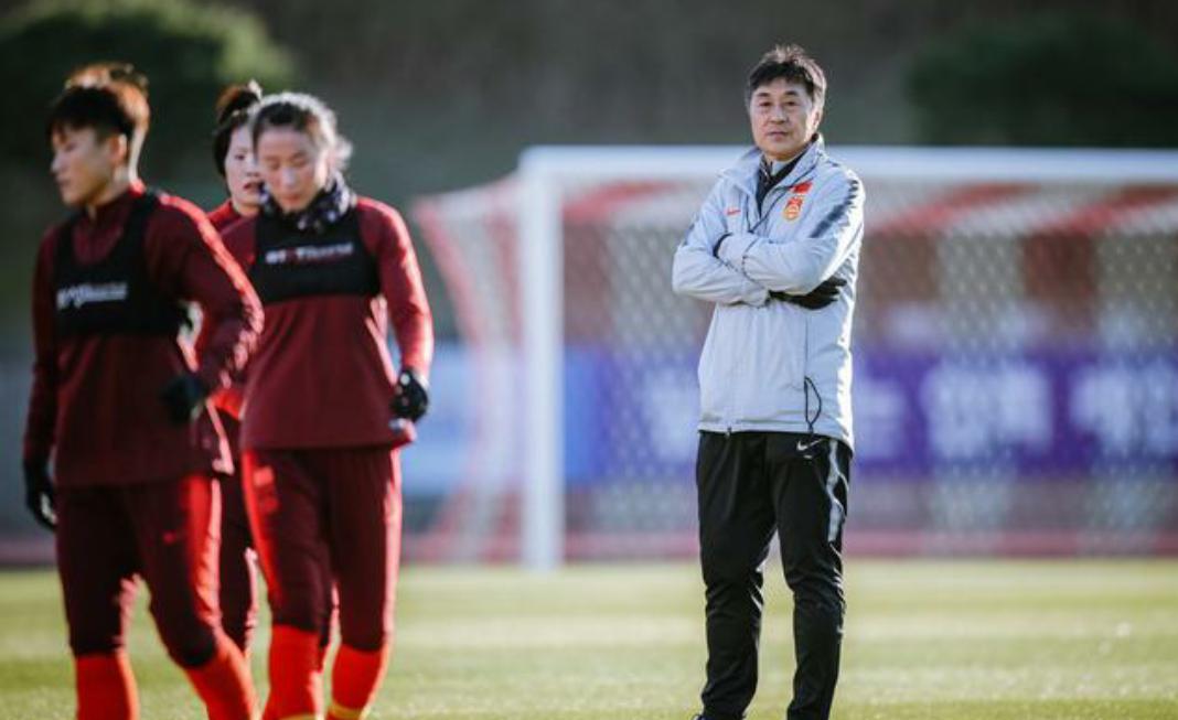 中国女足球员在韩国釜山备战东亚杯,中国女足首个对手是韩国女足
