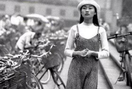 90年代老照片:图1穿着时尚的美女,图4一群可爱的红领巾