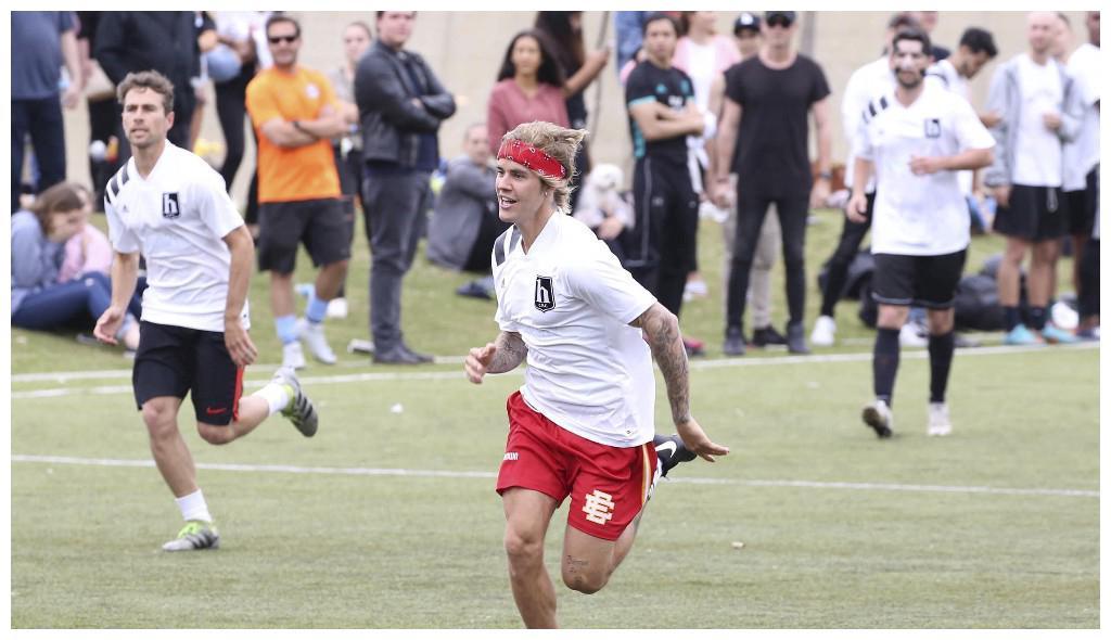 贾斯汀·比伯在西洛杉矶踢足球,网友调侃:去陪好赛琳娜·戈麦斯