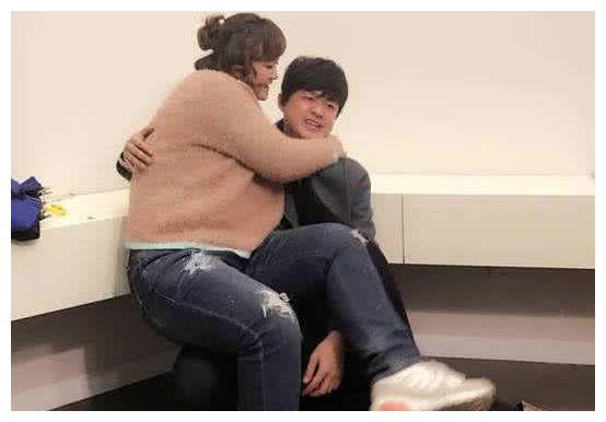 女明星被公主抱!贾玲把他累趴下,李宇春一看就没经验!