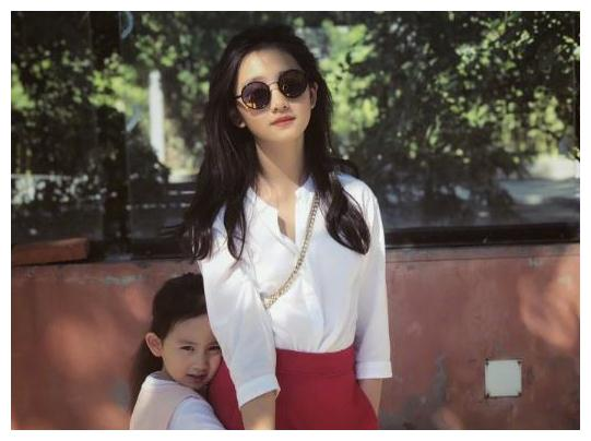本以为黄磊的女儿已够有潮范儿了,看到陆毅女儿贝儿后,我酸了