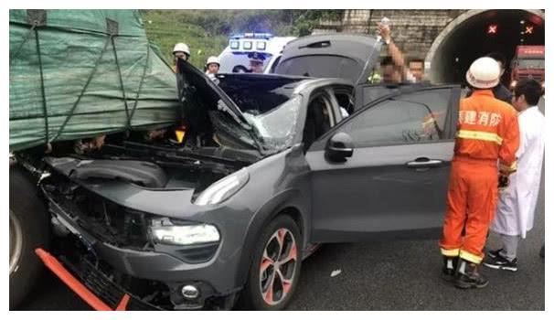 领克02追尾半挂车导致报废,车友:咋一点不像沃尔沃的品质?