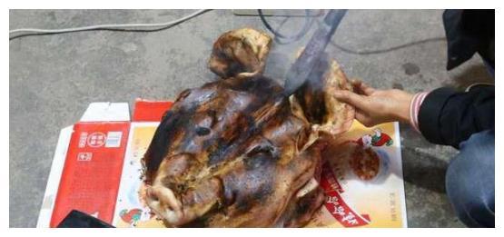 在家做卤猪头肉,菜还没上桌,大姐就拿起骨头直接啃