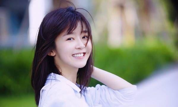 宋伊人清纯街拍照:一头乌黑靓丽的长发搭配白衬衫,朴素而又大方
