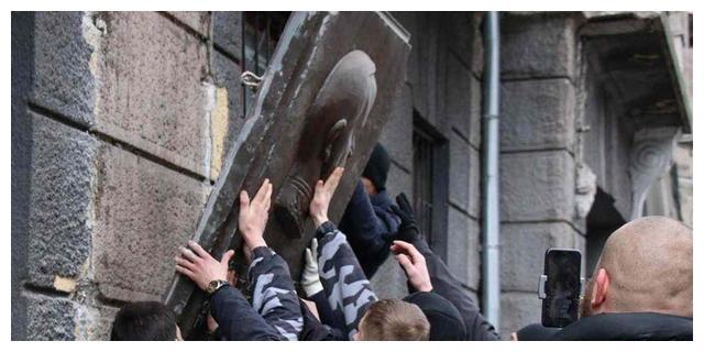 抹去苏联记忆:乌克兰敖德萨,青年们拆毁了最后一座朱可夫像