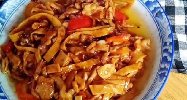 精选美食:咸菜炒藕丝、虾皮海带汤、肉炒豆皮、腊香杏鲍菇