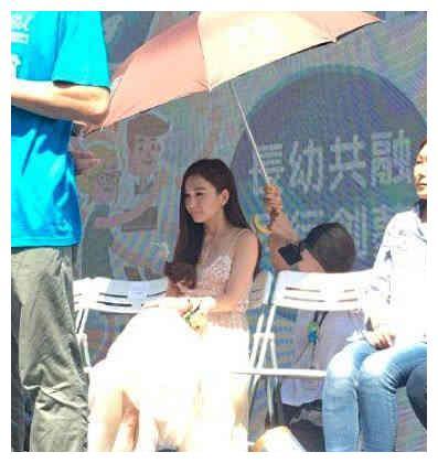 温碧霞让助理跪着,给她撑伞惹争议!惹网友怒骂:真是没教养
