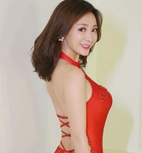 旧照片:赵丽颖穿白衬衫搭配格子裙实在好看,徐璐带着白色翅膀